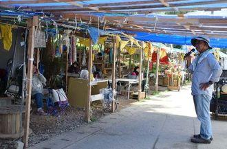 米軍キャンプ・シュワブゲート前で座り込みを続ける市民ら=5日、名護市辺野古
