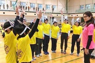 小学生バレーボール大会で子供たちと触れ合う益子直美さん(右)=所属事務所提供