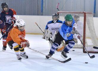 (資料写真)氷の上を走り回りパックを追いかけるアイスホッケーチーム=南風原・スポーツワールドサザンヒル