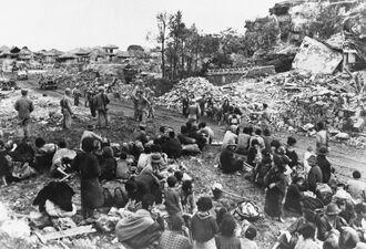 糸満市域で米軍の捕虜となり、現在の糸満ロータリー付近に集められた住民ら。右側が山巓毛=1945年6月(「糸満市史資料編7 戦時資料 下巻-戦災記録・体験談」から転載)