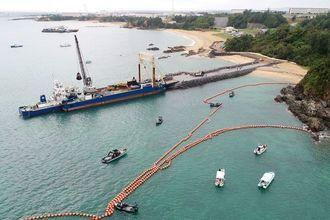 新基地建設に使う石材を輸送する台船が、「K9」護岸に接岸した=2017年11月14日