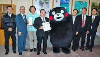 安慶田光男副知事(左から4人目)や職員に感謝を伝えたくまモン=10日、沖縄県庁