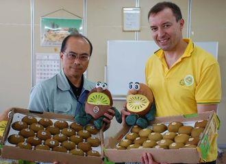 ゼスプリキウイと新キャラクターをPRする長松九一郞部長(左)とヘィミッシュ・ロビンソン部長=4日、那覇青果物卸商事業協同組合