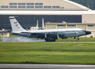 嘉手納基地に着陸する情報収集機RC135S=15日午後2時35分(読者提供)