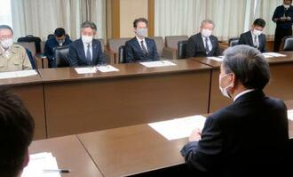 球磨川流域自治体の首長らと面会する熊本県の蒲島郁夫知事(手前)=24日午前、熊本県庁