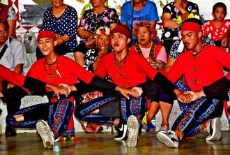 収穫祭で踊るパイワン族の若者たち=7月14日夜、台東県太麻里郷ルパカジ地区