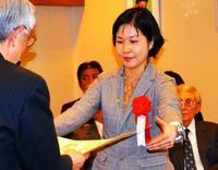 沖縄タイムスを表彰 平和・協同ジャーナリスト基金奨励賞 連載「銀髪の時代」