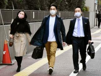 時短命令を巡る訴訟の提訴のため、東京地裁に向かう原告の弁護団=22日午前