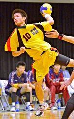 日体大に進学する屋比久浩之。北部九州総体男子決勝でシュートを放つ=2013年8月4日、佐賀県