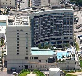 ジャパン・リート・アドバイザーズが土地と建物を取得すると発表したロワジールホテル&スパタワー那覇=2015年7月