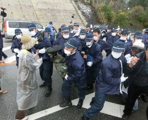 県警に拘束される男性=17日午前、名護市辺野古のキャンプ・シュワブ前