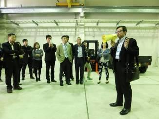 Nippon Hishiyama President Johnnie Lin briefs representatives of Taiwanese companies in the Okinawa city of Uruma in February.