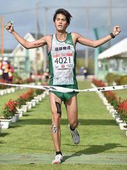 2時間46分55でフルマラソン男子を制した与那嶺恭兵=久米島町営仲里野球場(金城健太撮影)