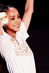 デビュー25周年記念の沖縄凱旋ライブで、ファンの声援に応える安室奈美恵さん=2017年9月、宜野湾海浜公園特設ステージ
