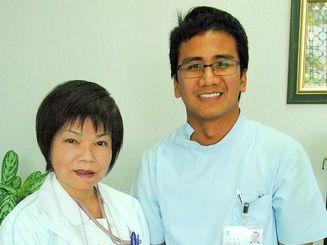 看護師の国家試験に合格したバルデズ・ラモン・バルゾさん(右)と、支援した新垣病院の塚田由美子看護部長=27日午後、沖縄市安慶田・新垣病院