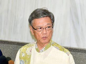 大阪府警の機動隊員が差別的な暴言を吐いた問題について記者の質問に答える沖縄県の翁長雄志知事