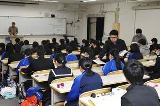 問題用紙が配られセンター試験に臨む受験生=14日午前、西原町・琉球大学