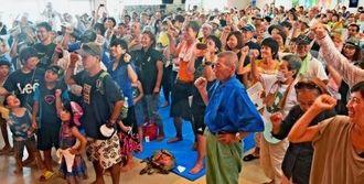 ヘリパッド建設反対を訴え、ガンバロー三唱で士気を上げる参加者=28日、東村農民研修施設