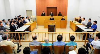 第2次普天間爆音訴訟の判決が言い渡された那覇地方裁判所沖縄支部=17日午前、沖縄市知花(代表撮影)