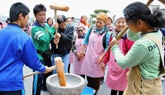 息を合わせながら力いっぱい餅をつく参加者=南風原町・沖縄中央育成園