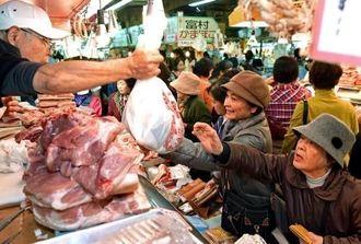 正月料理の食材を買い求める客でにぎわう公設市場=30日午前、那覇市松尾(金城健太撮影)