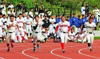 基礎体力増強を図り、100メートル走を競い合う高校球児たち=読谷村陸上競技場