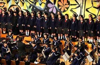 [4校で合唱]吹奏楽の演奏に合わせて石田、小禄、金城、神森の4校がハーモニーを響かせた=12日