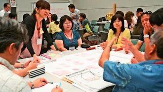 現状の交通課題について話し合う参加者ら=30日、県立博物館・美術館