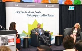 カナダ政府による日系カナダ人強制収容謝罪から30年を記念する市民集会に参加するアーサー・カズミ・ミキさん(中央)ら=20日、オタワ(共同)