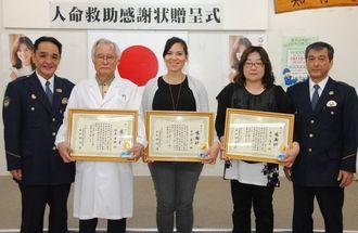 人命救助し感謝状を受け取った(左2人目から)池原さん、中川さん、新垣さん=嘉手納署