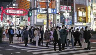 東京・新宿の歌舞伎町近くを歩く人たち=6日夜