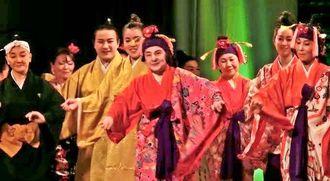 大庭キク道場開設20周年で笑顔を見せる大庭さん(中央)=2014年