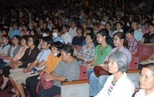 認知症介護のあり方を考えながら耳を傾けた参加者=5日、名護市民会館