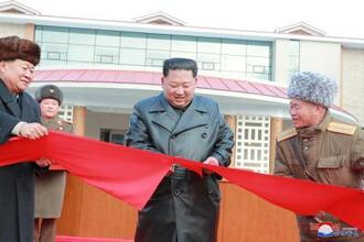 北朝鮮・平安南道で温泉リゾートの完工式に出席した金正恩朝鮮労働党委員長(中央)。朝鮮中央通信が7日に配信した(ロイター=共同)