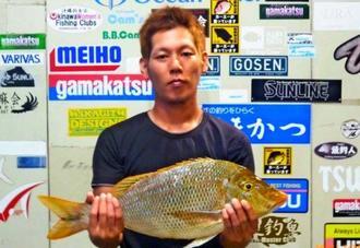 読谷海岸で58.6センチ、2.78キロのタマンを釣った富大輔さん=24日
