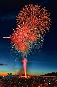 夏の夜に咲く1万発 沖縄・海洋博公園で花火大会