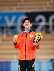 男子個人総合で優勝し、表彰式で金メダルを手に笑顔の橋本大輝=有明体操競技場