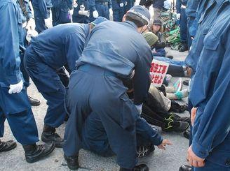 基地建設に抗議する市民を排除する機動隊=2月13日、名護市辺野古キャンプ・シュワブゲート前