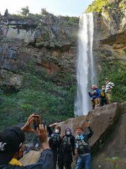 ピナイサーラの滝でトレッキングを楽しむ観光客=竹富町西表島
