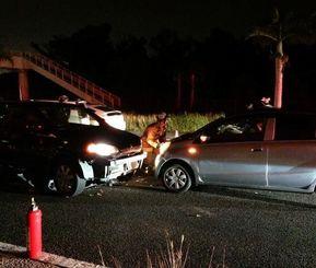 国道を逆走し事故を起こした米軍人の車両(左)=5日午前0時ごろ、嘉手納町水釜(読者提供)