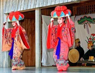 華やかな衣装の琉球舞踊が披露された伝統芸能の宴=31日、那覇市・首里城公園下之御庭