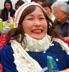 「感謝の会」で満面の笑みを浮かべる故當間光江さん=4月29日