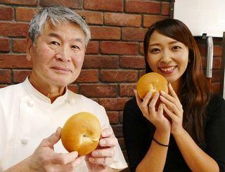 「泡盛パン」プロジェクトに取り組んだプルアラウンドの高松さん(右)と金城ベーカリーの金城さん
