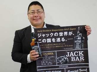 イベントへの来場を呼びかけるアサヒビールの萩原課長=18日、沖縄タイムス社