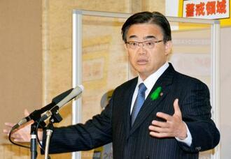 記者会見で政府にまん延防止等重点措置の適用を要請する考えを示した愛知県の大村秀章知事=13日午後、県庁