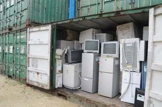 助成金の申請忘れで沖縄本島に輸送できず、コンテナ内で保管されている廃家電=6日、宮古島市平良西里