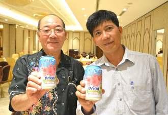 オリオンビールのベトナム輸出量増加に向けて意気込む嘉手苅義男社長(左)と、輸入販売するシンバトレーディングのビン社長=7日、ベトナム・ホーチミン市内