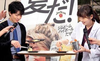 小皿に料理を取り分ける高杉真宙(左)と飯豊まりえ=東京都港区