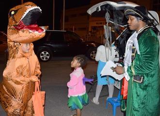仮装してハロウィーンを楽しむ子どもたち=10月31日、うるま市の米軍キャンプ・マクトリアス