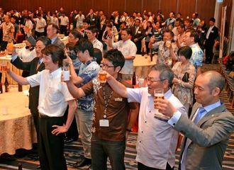 乾杯するキングスの木村達郎代表(手前右)と参加者ら=那覇市・ANAクラウンプラザホテル沖縄ハーバービュー